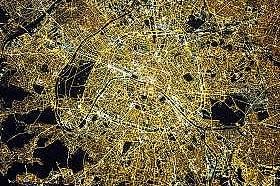 """Астронавти от борда на Международната космическа станция правят тази снимка на Париж – който често се нарича """"Град на светлината&a..."""