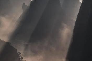 """Планини в Китай""""Беше невероятно да уловя красивите китайски планини в тази прекрасна сутрин изпълнена със слънчеви лъчи"""". &nb..."""