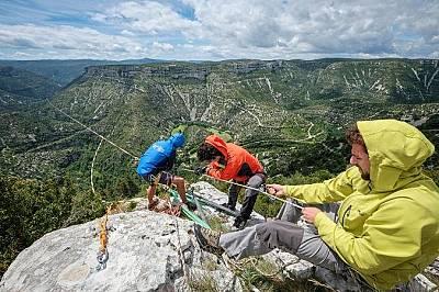 Членовете на френския тим Sangle Dessus-DessousЧленовете на френския тим Sangle Dessus-Dessous опъват въжето през клинове, които са забили в скалата и...