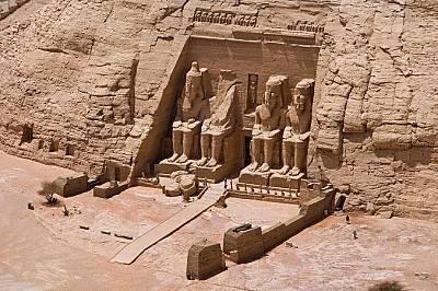 Абу Симбел, ЕгипетВнушителният храм на Рамзес II, който е на 3200 години, е бил издълбан в скалата по нареждане на фараона. Фигурите са високи 21 метр...
