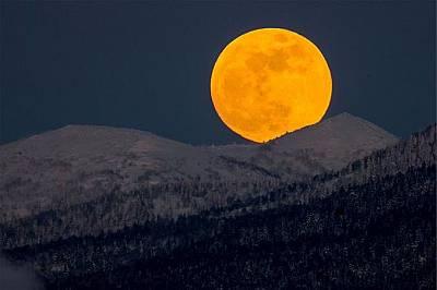 Червена Супер Луна изгрява над хълмовете край Южносахалинск, Русия.