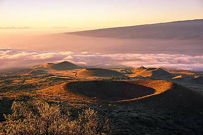 """Прилика с ЛунатаСлънцето грее над вулкана Мауна Кеа, който НАСА използва за наблюдения и обучения.  Бъз Олдрин, един от астронавтите на """"Ап..."""