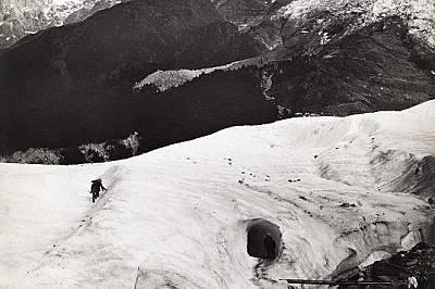 Туристи изкачват глетчера де Босон във френската долина ШамониСнимката излиза в брой на National Geographic през 1913 г.