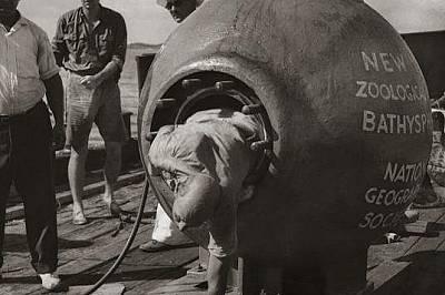 Второ ражданеГмуркач излиза от батисфера на кораб югоизточно от Бермудските острови. В материала от 1934 г., излязъл в National Geographic пише, че ко...