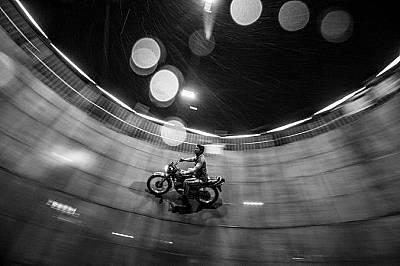 """КаскадьорКаскадьор с мотоциклета си в """"кладенеца (стената) на смъртта"""". Фотографът Махеш Лонкар е трябвало да поиска разрешение да..."""