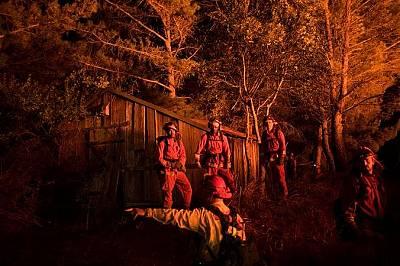 Пожарникари се опитват да спасят постройки в Напа, Калифорния в понеделник. Силните ветрове и ниската влажност отчасти са причина за разпространението...