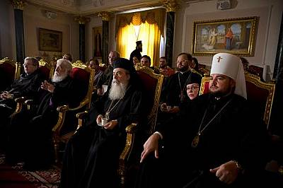 Църковни представители слушат докладЦърковни представители слушат доклад за реставрационната работа.