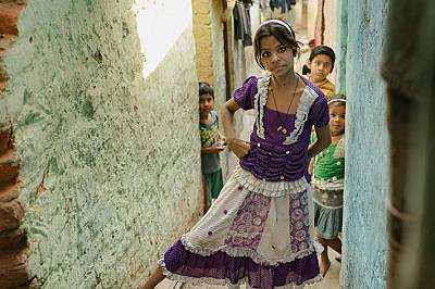Това момиче и съседите й са сред семействата, които от години живеят до клоаката Схахадра. Боклукът, който се трупа, става все повече и утежнява живот...
