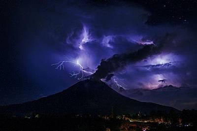 Светкавици проблясват над вулкана Синабунг на 28 юли.