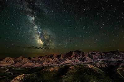 """Нощно небе над Бедлендс, Южна Дакота, САЩЕрик Фремщад печели в категория """"Нощно небе"""" с тази снимка на Бедлендс в Южна Дакота. Въпреки че сн..."""