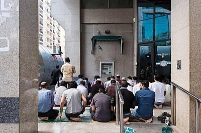 Мюсюлмани се молят на улиците близо до джамията Дейра. Районът е населен предимно от мигранти.
