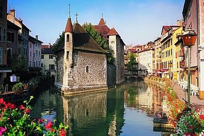 """АнсиАнси, Франция Наречен """"Венеция на Френските Алпи"""" Анси представлява лабиринт от средновековни замъци, лебеди и очарователни м..."""