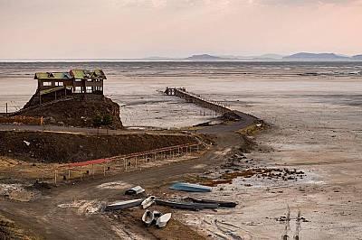 Празни сгради и изоставени лодки край пристанище Рахманлу.