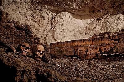 Гробницата на златаря води до две погребални камери.