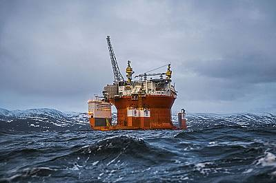 """През април 2015 г. новата платформа """"Голиат"""" чакаше да бъде пусната в действие във фиорд край Хамерфест, Норвегия. Сега е закотвен..."""