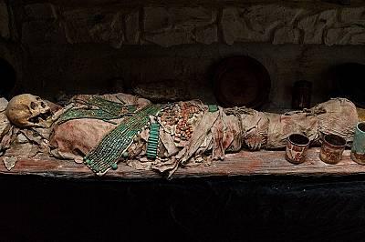 Реконструираното погребение на царя Змия – вероятно Огнен Нокът, умрял през 697 г. – включва мъниста от нефрит и раковини, поставе...