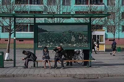Чакащи автобус севернокорейци в столицата Пхенян
