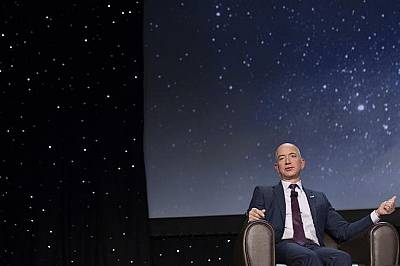 Джеф Безос по време на 32-ри Космически симпозиум в Колордао Спрингс на 12 април 2016 г.