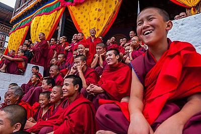Млади монаси по време на представление в будисткия манастир Ташичо-дзонг в Бутан. Улових този кадър преди да тръгна на дълъг преход из отдалечените въ...
