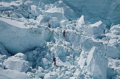 Алпинисти се спускат през масивния ледопад в подножието на ледника Кхумбу. Там през 2014 г. лавина затрупа шестнайсет шерпи.
