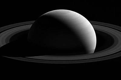 """Погледната от сондата на НАСА """"Касини"""", луната на Сатурн, Тетис, сякаш се носи около северния полюс на планетата. Но това е оптиче..."""