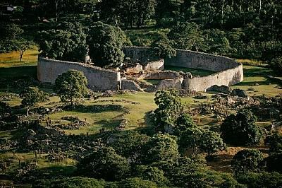 Руини на древен град в ЗимбабвеПостроен между IX и XV век, този град в югоизточната част на Зимбабве е бил обитаван от около 18000 души и е...