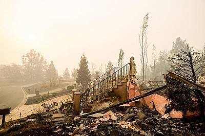 Стълбище от напълно изпепелен дом в Санта Роса, Калифорния.