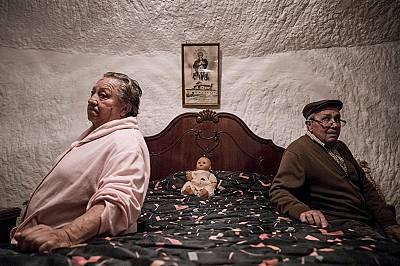 Пиедад Мезко и Антони Ортиз прекарват целия си живот в пещерите на Гуадикс.Антонио е работил в една от фермите в района, а Пиедад е правил дървени сто...