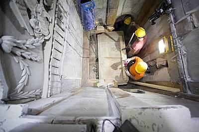 Работници премахват износения мраморРаботници премахват износения мрамор, който векове наред е покривал погребалното ложе.