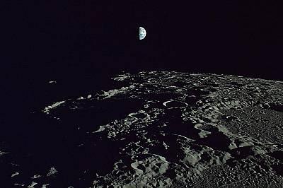 """Земята, гледана от ЛунатаЗемята е """"увиснала""""над лунните кратери."""