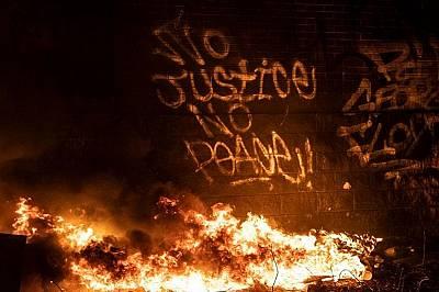 Графити върху полицейския участък на Минеаполис