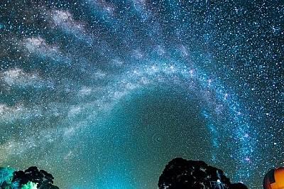 Млечният пътЗаснет в небето над Австралия през интервали от 60 минути Млечният път сякаш оживява.