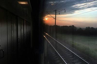 Нощният влак от Москва за Смоленск призори.