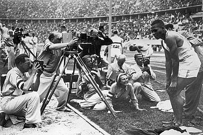 Лени Рийфенщал заснела Олимпийските игри в Берлин през 1936 г. по нареждане на Хитлер. Тук Рийфенщал (седнала от ляво на камерата ) и екипът й са се с...
