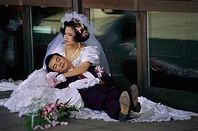 Младоженци в ТайванМладоженци си почиват в Тайван след масова сватбена церемония.