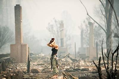 Жанет Скрогинс търси леля си, която изчезва след избухването на пожара в Санта Роса, Калифорния.