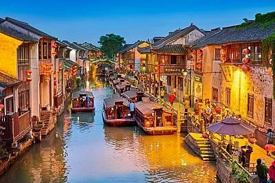 Суджоу, КитайДревният китайски град Суджоу, намиращ се на около 1,5 часа западно от Шанхай, има голяма мрежа от канали, водни градини и квар...