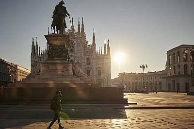Случаен минувач на Piazza del Duomo в Милано два дни след затварянето на страната