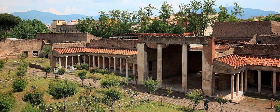 Вила А е била част от луксозна поредица ваканционни вили на заможни римляни по неаполското крайбрежие, които са били затрупани при изригването на Ве...