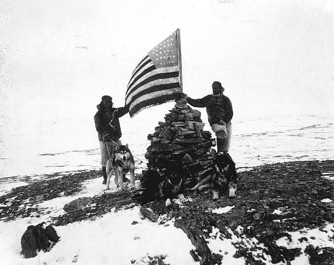 Матю Хенсън заедно с трима инуити и кучешки впряг по време на поход към Северния полюс. Снимка: Робърт Е. Пири, National Geographic