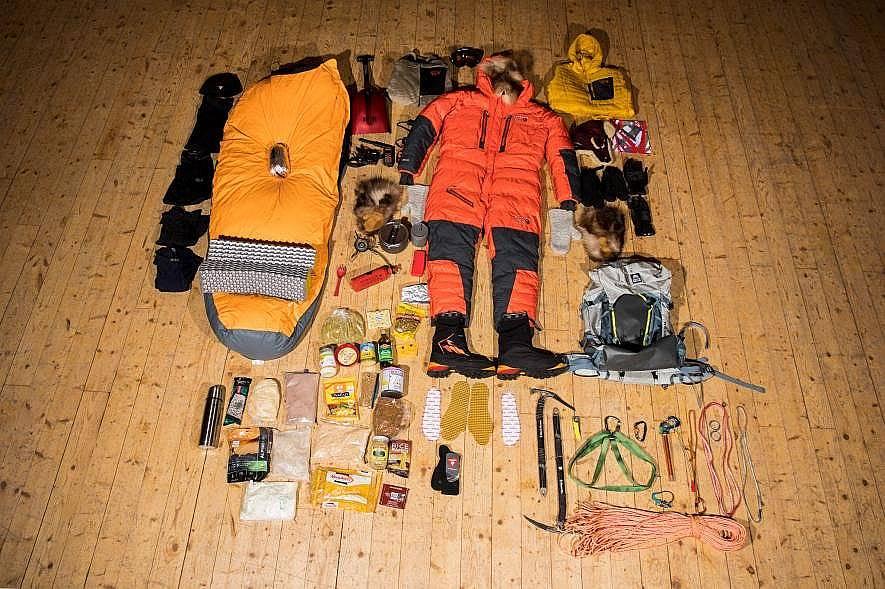 За 19 дневно изкачване на Маунт Хънтър, Аляска, полярният изследовател Лони Дюпре взема със себе си принадлежностите показани на снимката. Те тежат 27...