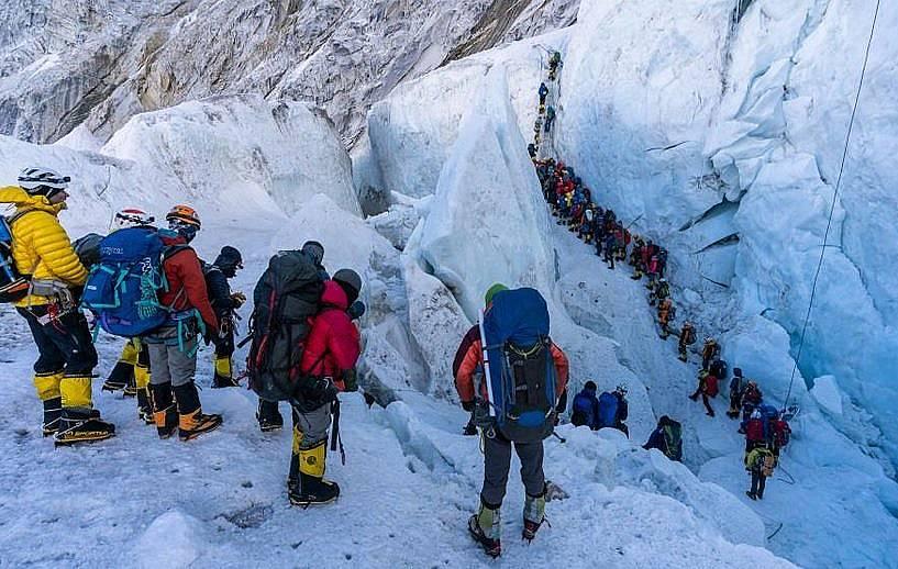Алпинисти чакат да преминат през ледопада Кхумбу - един от най-опасните участъци по пътя към Еверест. Снимка: Mark Fisher/Fisher Creative, National G...