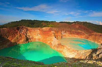 Връх Келимуту, ИндонезияВръх Келимуту се намира на остров Флорес. Искрящите езера в кратера му менят цветовете си, тъй като влизат в контакт с богати...