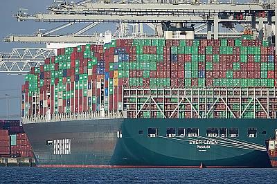 400 метров кораб заседна в Суецкия канал