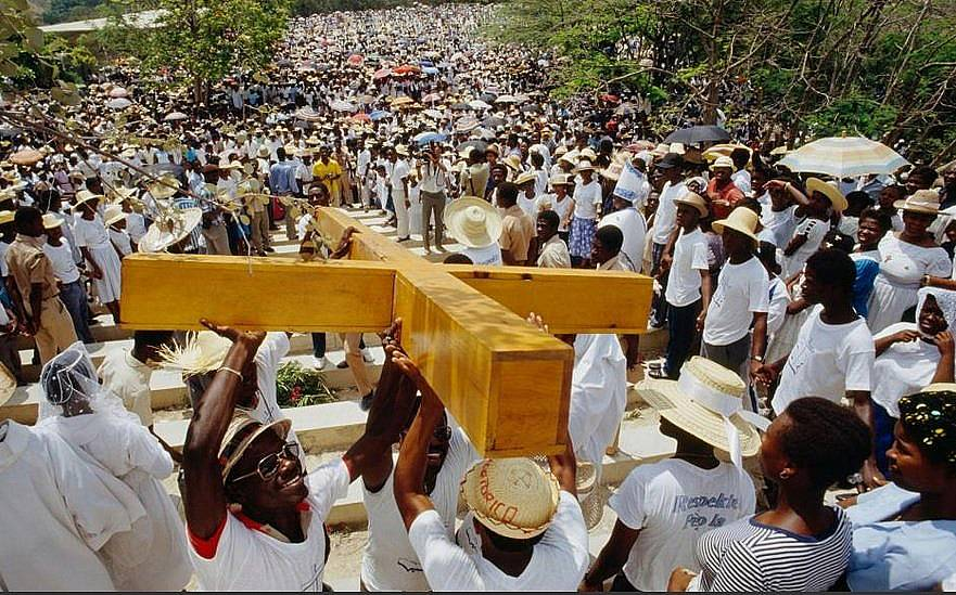 Вярващи носят кръста на Разпети петък в Порт о Пренс, Хаити