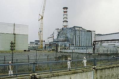 Няколко месеца след аварията реакторът е покрит под саркофаг от бетон и стомана