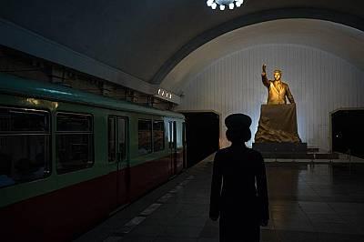 Влаков кондуктор е застанал пред статуя на Ким Ир Сен в метростанция в Пхенян.Ким, първият лидер на Северна Корея, е дядо на настоящия върховен лидер...