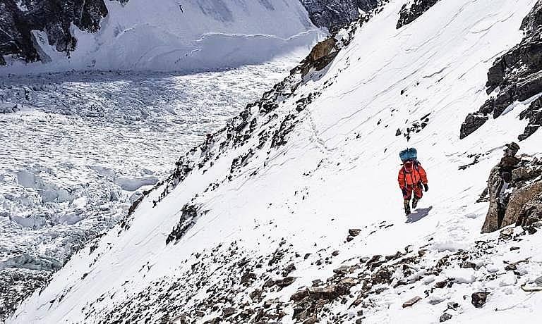 Алпинист от групата на Алекс Чикон се изкачва към К2  OT ANDREW BISHARAT, National Geographic СНИМКИ: ALEX TXIKON