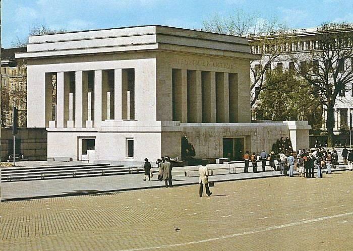 Сградата е проектирана от архитект Георги Овчаров с участието на Рачо Рибаров и Иван Данчов и е вдигната за рекордния срок от шест дни.