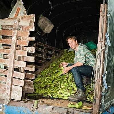 Близо до Апартадо, Колумбия, активистът Тристрам Стюарт преглежда банани, преценени като твърде къси, дълги или извити за европейския пазар. Местнит...